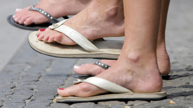 Füße in Flipflops Quelle: dpa
