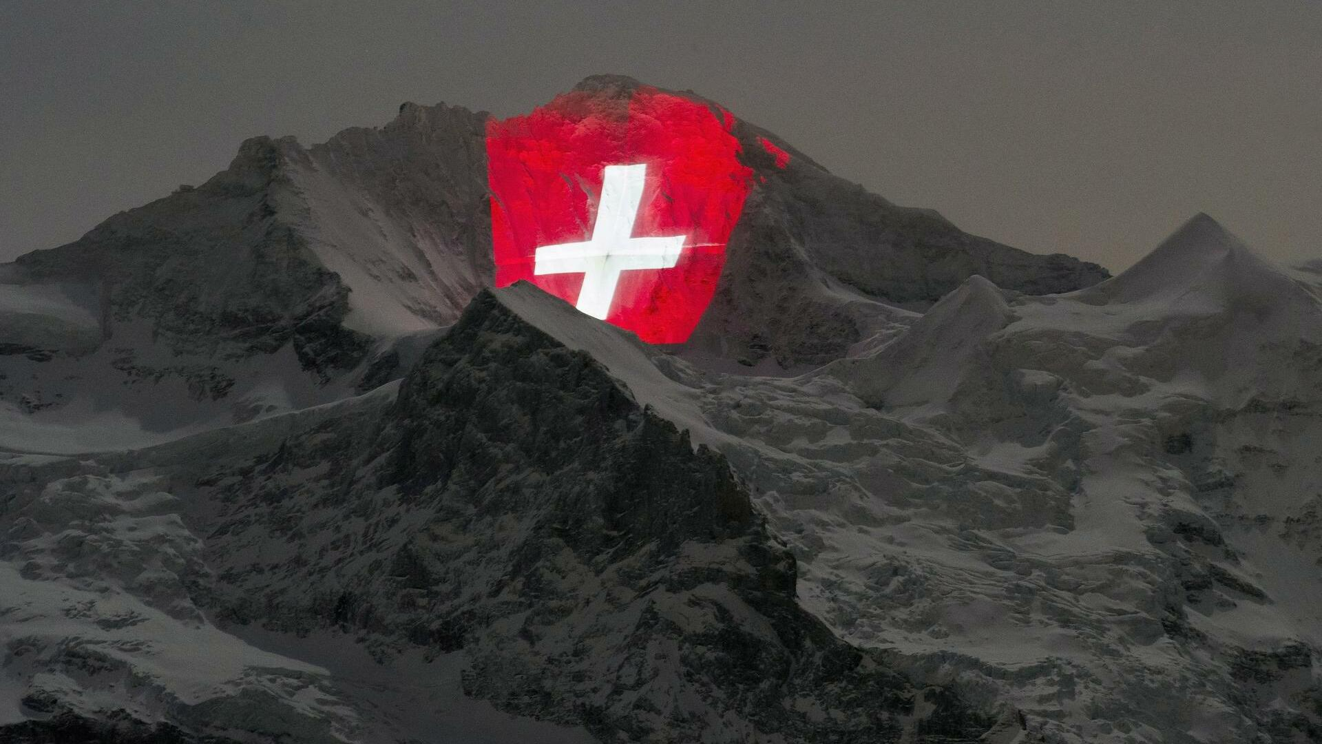 The Jungfrau mountain is illuminated by Swiss light artist Gerry Hofstetter to celebrate the 100 year jubilee of the Jungfrau mountain-railway Quelle: dpa