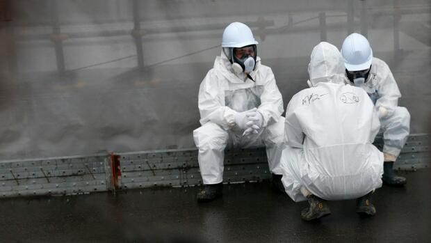 Tepco-Arbeiter in der Ruine von Fukushima Quelle: Getty Images