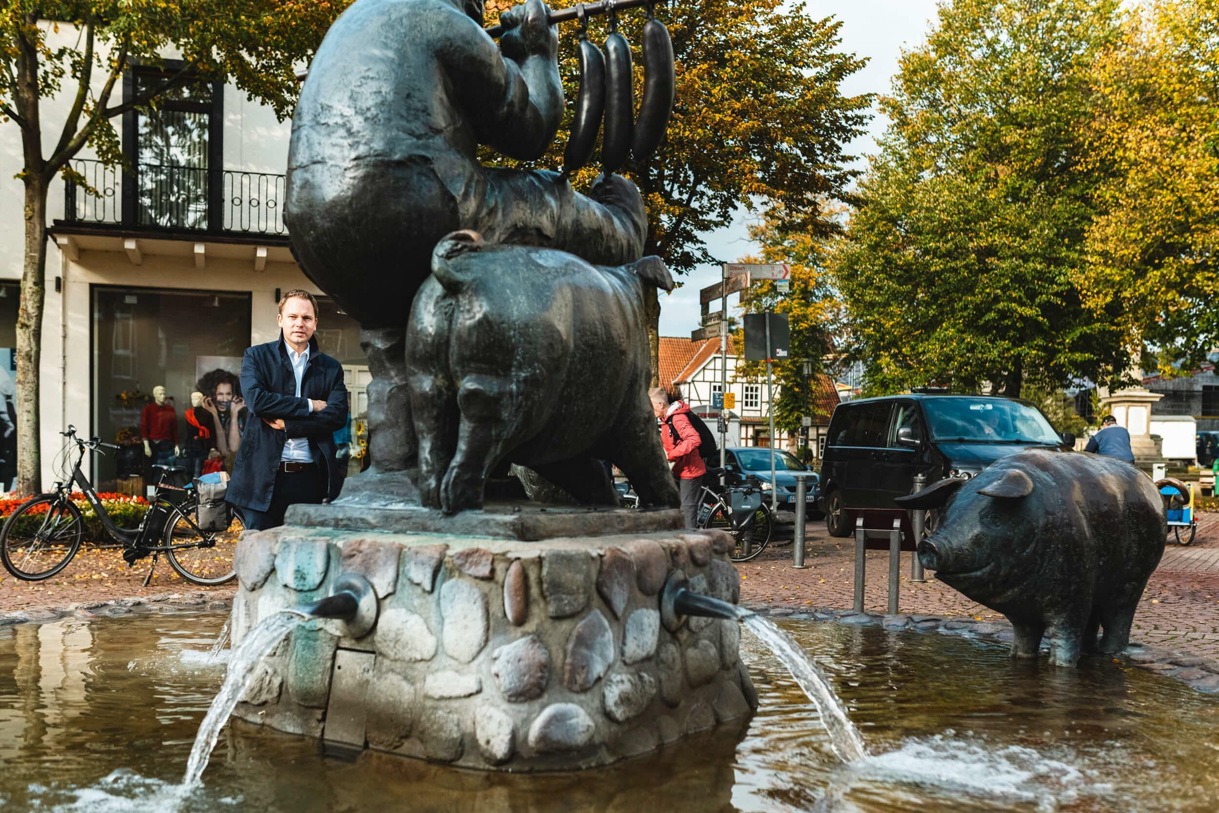 Der Wurstträgerbrunnen am Marktplatz, im Volksmund liebevoll Schweinebrunnen genannt.