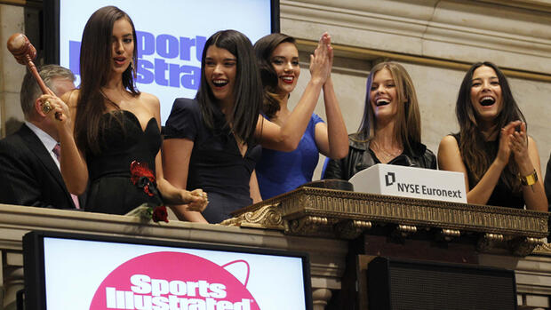 Die Sports Illustrated-Models Irina Shayk, Crystal Renn, Michelle Vawer, Nina Agdal and Jessica Gomes leuten die Glocke an der New Yorker Börse Quelle: Reuters