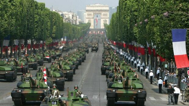 Partner gesucht. Parade mit Nexter-Panzern in Paris Quelle: AP