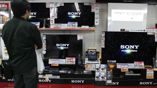 A customer looks at Sony Corp televisions displayed at an electronic store in Tokyo Quelle: REUTERS
