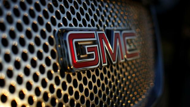 A General Motors logo is seen on a Denali vehicle for sale at the GM dealership Quelle: REUTERS