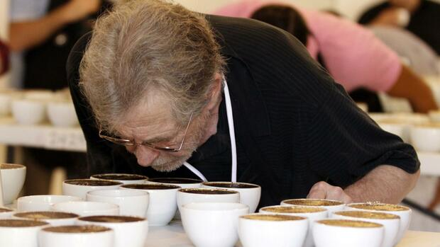 A judge smells the aroma of a specialty coffee at Panama's annual coffee cupping Quelle: REUTERS