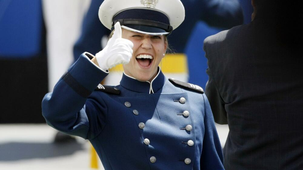 A newly commissioned second lieutenant gives a thumbs up at the Air Force Academy Quelle: REUTERS