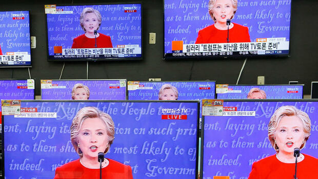A sales assistant watches the TV broadcast of the first presidential debate between U.S. Democratic presidential candidate Hillary Clinton and Republican presidential nominee Donald Trump, in Seoul, South Korea, September 27, 2016. REUTERS/Kim Hong-Ji TPX IMAGES OF THE DAY Quelle: Reuters