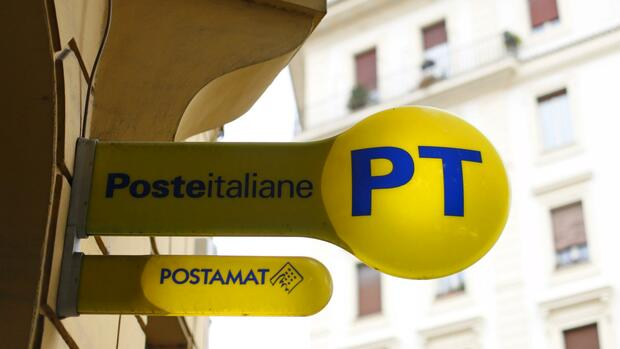 huGO-BildID: 50011005 A signboard of Poste Italiane is seen hanging outside a post office in central Rome October 9, 2015. Italy's Treasury set a price range for the initial public offering of the post office that values it at up to 9.8 billion euros ($11 bln), in what will be the country's biggest privatisation in a decade. The Treasury said on Friday that the post office group would be offering up to 38.2 percent of its capital, in a price range of 6.00-7.50 euros per share, roughly in line with market expectations. REUTERS/Alessandro Bianchi Quelle: REUTERS