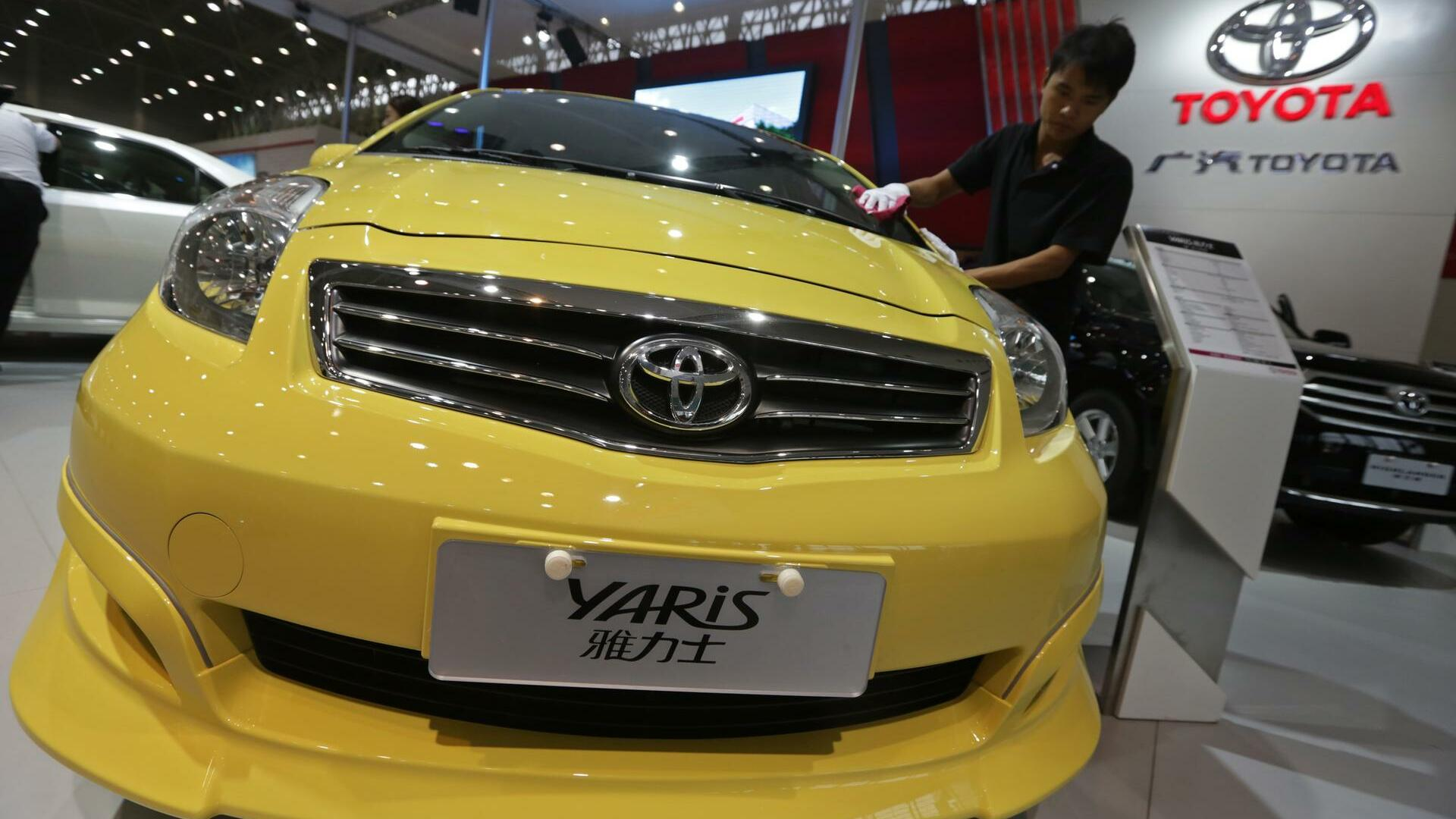 A worker cleans a Toyota Yaris car at the Wuhan Motor Show, Hubei province, Quelle: REUTERS