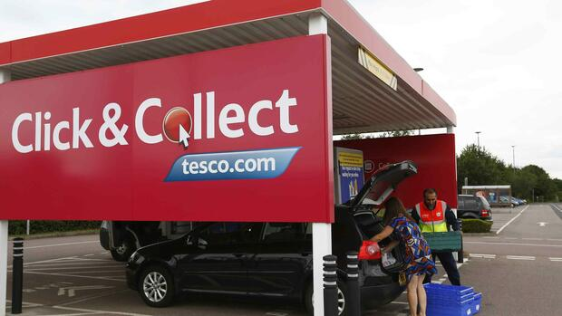 Eine Kundin bei Click & Collect Quelle: REUTERS