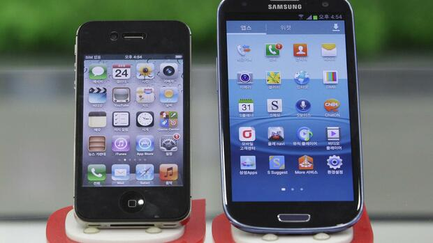 Samsung Electronics' Galaxy S III, right, and Apple's iPhone 4S Quelle: dapd
