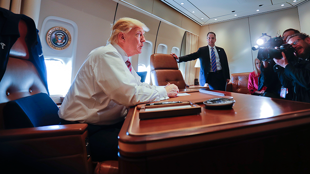 US-Präsident Donald Trump reist in der Air Force One Quelle: dpa Picture-Alliance