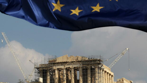 huGO-BildID: 32483165 (FILE) A file photo dated 03 November 2011 showing a European Union flag fluttering before the Parthenon of Acropolis in Athens, Greece. EPA/ORESTIS PANAGIOTOU (zu: