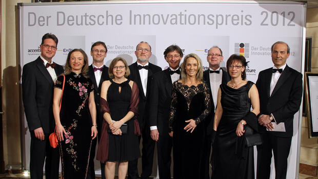 Frank Alt (Head of Frankfurt Processing Center LyondellBasell), Daniela Goebel, Erik Licht (Global Marketing Man er, LyondellBasell), Andrea Licht, Christoph Sondern (Vice President PP Compounds Europe LyondellBasell), Jürgen Rohrmann (Man er Product Development Europe, LyondellBasell), Martina Rohrmann, Michael Pohl Man er Business Development Europe LyondellBasell), Susanne Pohl, Massimo Covezzi (Senior Vice President Research and Development, LyondellBasell)