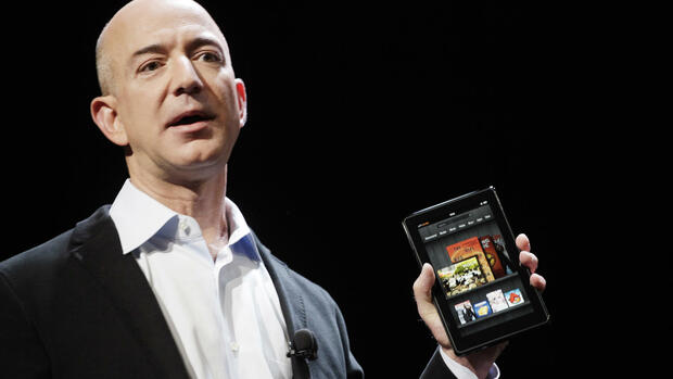 Amazon-Firmenchef Jeff Bezos mit dem Tabletcomputer Kindle Fire Quelle: dapd