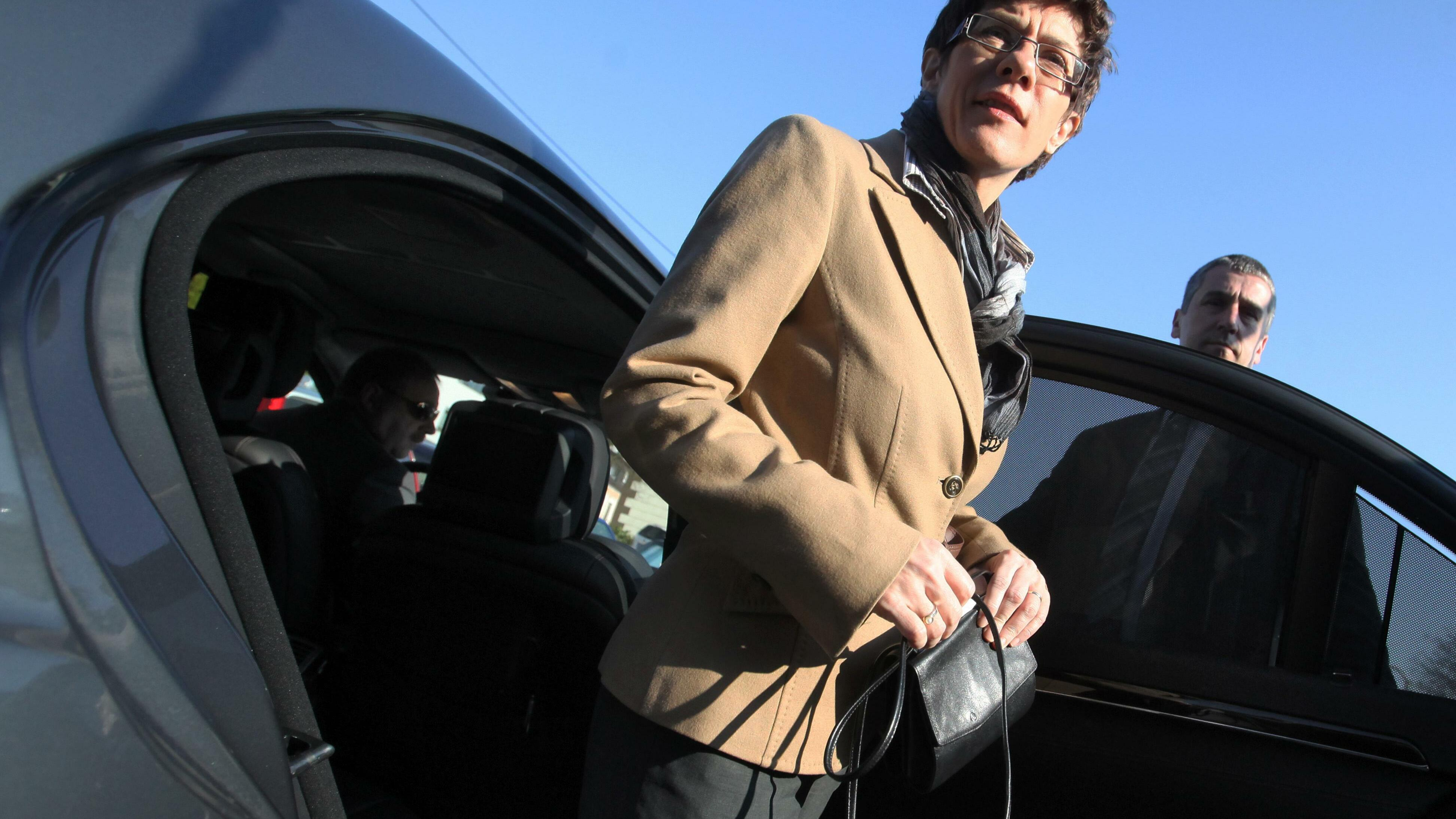 ...zum Beispiel mit der saarländischen Ministerpräsidentin Annegret Kramp-Karrenbauer. Ihr Dienstwagen - ein Mercedes Benz E 250 Blue Efficiency (Benzin) - pustet 154g/km CO2 in die Luft.