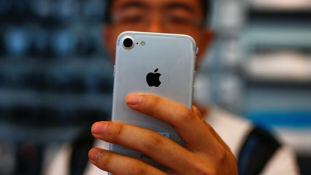 A man holds his new iPhone 7 at an Apple store in Beijing, China, September 16, 2016. REUTERS/Thomas Peter Quelle: Reuters