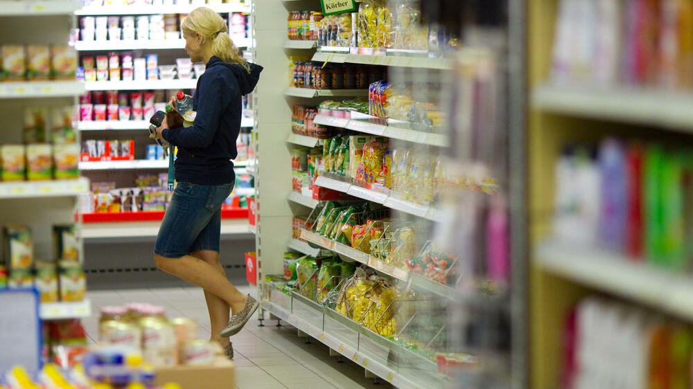 Frau in Supermarkt Quelle: dpa