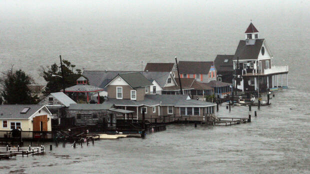 A row of houses stands in floodwaters Quelle: dapd