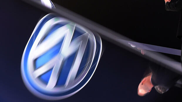 Ein Volkswagen Logo spiegelt sich der der North American International Auto Show (NAIAS) in Detroit. Quelle: dpa