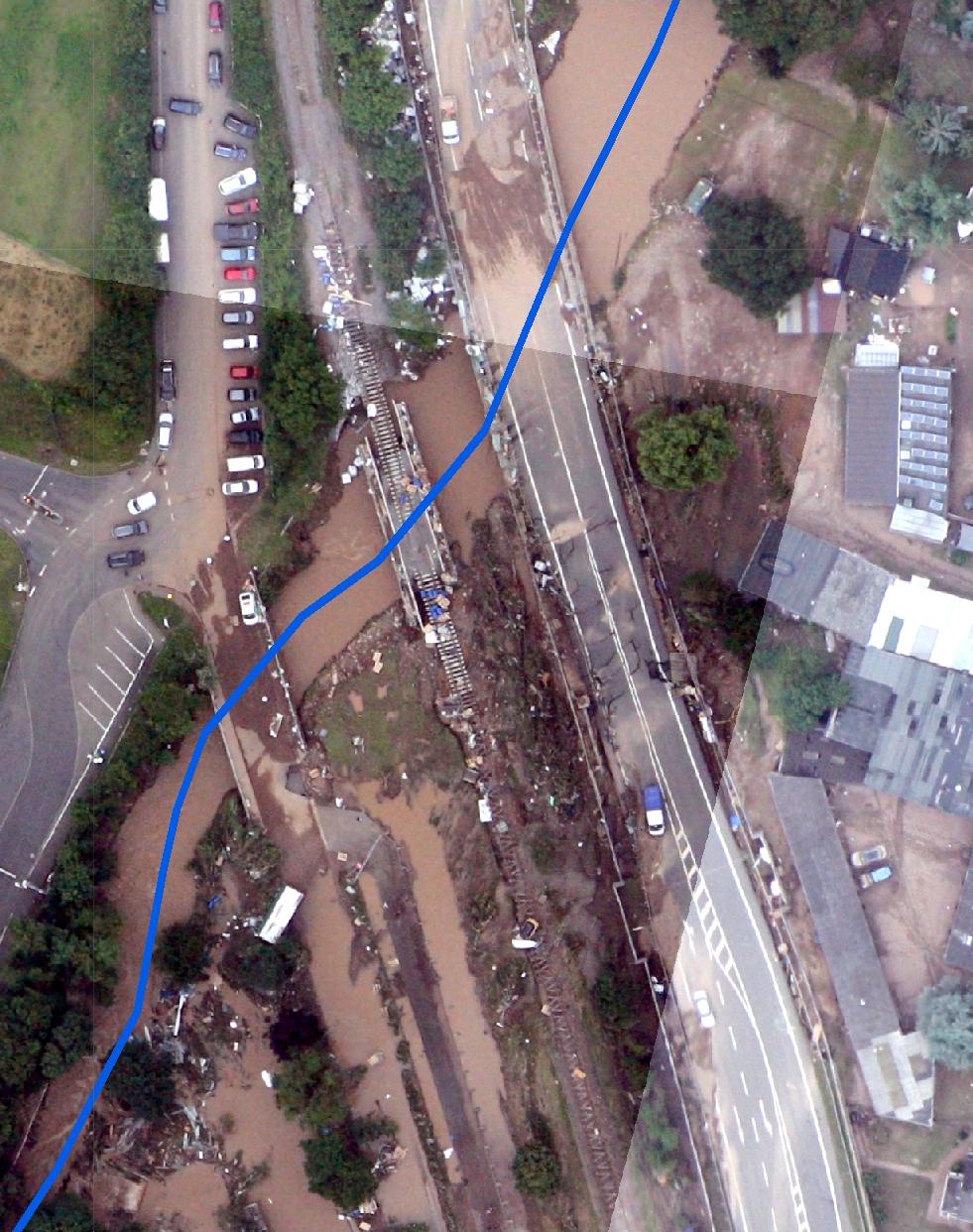 Wie in vielen betroffenen Orten haben die Wassermassen in Iversheim, einen Stadtteil von Bad Münstereifel, Gleise und Brücken beschädigt. Die blaue Linie zeichnet den Flusslauf der Erft nach.