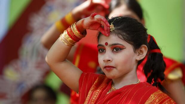 Bangladeshi girls perform a dance to welcome the Bengali New Year 1419 at Dhanmondi in Dhaka, Bangladesh Quelle: dpa