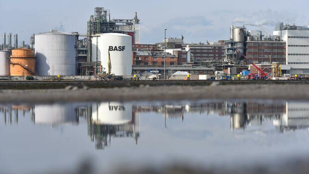Vor allem die Trockenheit am Rhein sorgte dafür, dass der Chemiekonzern BASF seine Gewinnziele für dieses Jahr nicht einhalten kann. Quelle: dpa