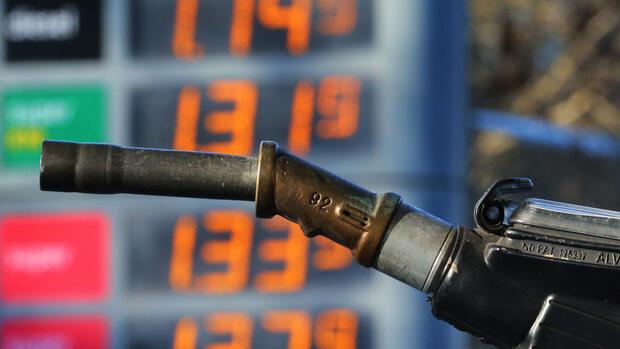 Der Akt der Anlage der Norm auf das Benzin