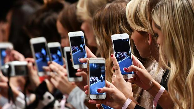a387c5d71496a1 Junge Frauen filmen und fotografieren mit ihren Smartphones auf der Berlin  Fashion Week. Quelle
