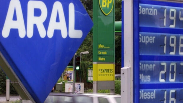 BP- und Araltankstelle in Quelle: REUTERS