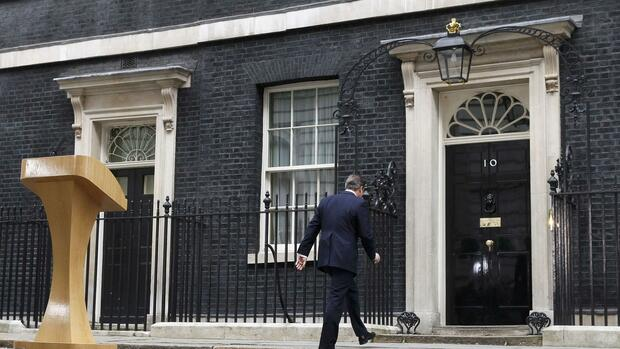 huGO-BildID: 42895194 Britain's Prime Minister David Cameron walks back into 10 Downing Street after speaking upon his return after meeting with Queen Elizabeth at Buckingham Palace in central London March 30, 2015. Campaigning in Britain's closest national election in decades started on Monday after Cameron meet Queen Elizabeth following parliament's dissolution, teeing up an unusually fraught battle to govern the $2.8 trillion economy. REUTERS/Stefan Wermuth Quelle: REUTERS