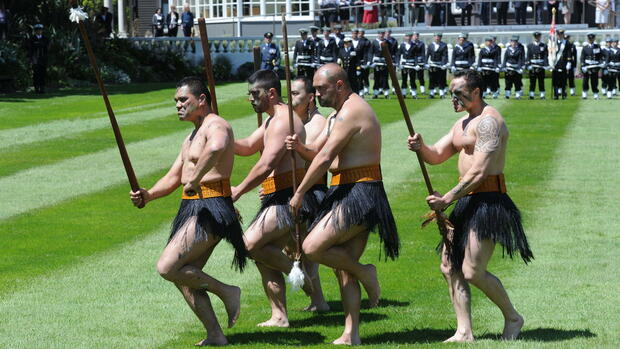 Maori warrior perform during an official maori welcome to Britain's royals, Prince Charles (unseen) and his wife Camilla (unseen) Quelle: dpa