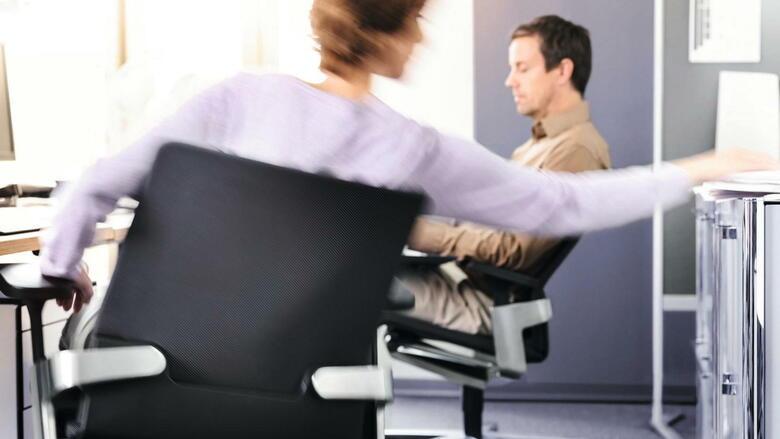 Bürostuhl ergonomisch einstellen  Ergonomische Möbel: Diese Büromöbel helfen gegen Stress und Schmerzen