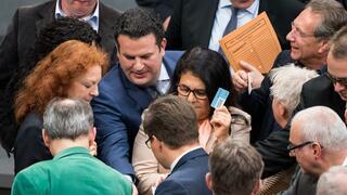 Rentenpaket verabschiedet: Bundestag beschließt höhere Mütterrente und Haltelinien