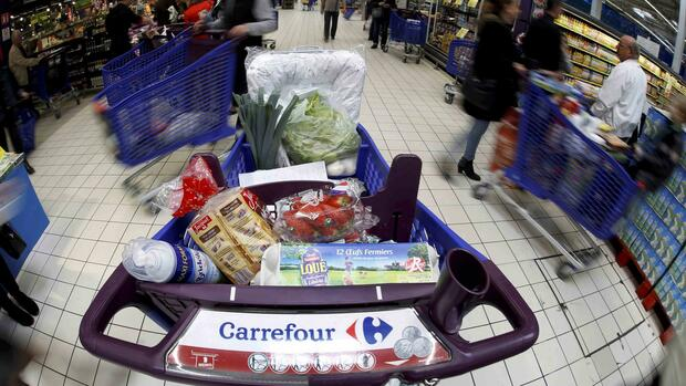 File pictures shows a logo of French retailer Carrefour on a shopping trolley at a Carrefour hypermarket in Nice, France, April 6, 2016. REUTERS/Eric Gaillard/Files Quelle: Reuters