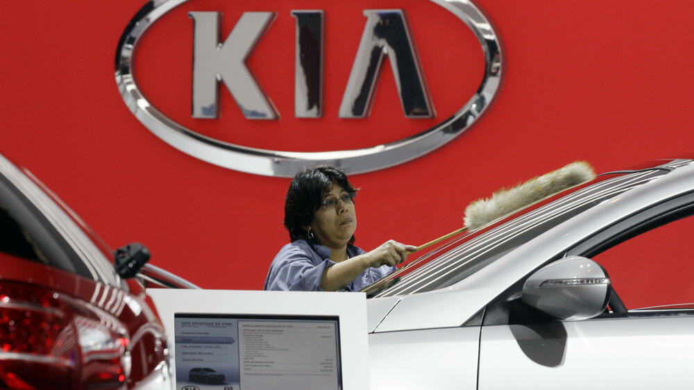 A worker cleans a 2012 Kia Sportage during the media preview of the Chicago Auto Show Quelle: dapd