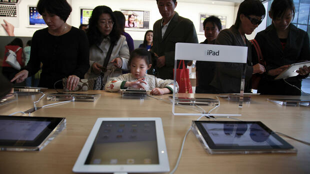 Chinesen probieren iPads im Apple-Store in Peking aus. Quelle: dapd
