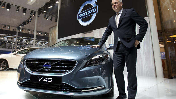 Volvo CEO Stefan Jacoby poses with a new Volvo V40 at the Beijing International Auto Exhibition in China Quelle: dapd