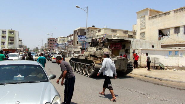 Tribal militiamen loyal to Yemeni President Abdo Rabbo Mansour Hadi drive a tank during clashes with Houthi fighters in the southern port city of Aden, Yemen Quelle: dpa