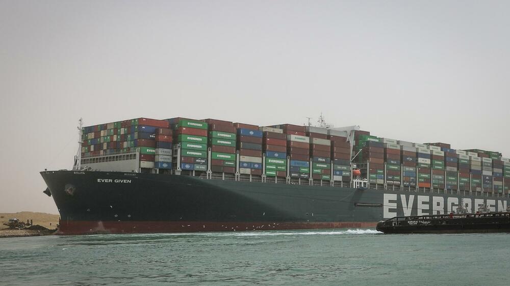 """Suezkanal: Wie wichtig der Suezkanal für den weltweiten Warenverkehr ist zeigt die aktuelle Blockade der Wasserstraße durch die """"Ever Given"""" deutlicher denn je. Denn durch den Suezkanal fließen rund zwölf Prozent des globalen Frachtvolumens und etwa 30 Prozent des Containervolumens. Im vergangenen Jahr passierten der Kanalbehörde zufolge fast 19.000 Schiffe und damit durchschnittlich fast 52 Schiffe pro Tag die Wasserstraße. Die alternative Route um die Südspitze Afrikas dauert gut eine Woche länger. Für Ägypten ist der Kanal eine wichtige Quelle von harten Währungen: Die Summe betrug 2020 etwa 5,6 Milliarden Dollar. Quelle: dpa"""