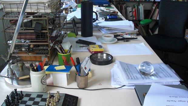 Schreibtisch forscher kaum ein unternehmen hat for Schreibtisch chaos
