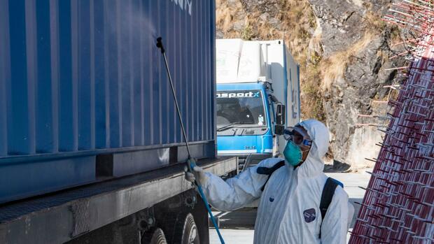 Der Coronavirus hat Auswirkungen auf die Logistik. Für Unternehmen die keine Alternativen finden, könnten Transportkosten erst mal in die Höhe schiessen. Quelle: dpa