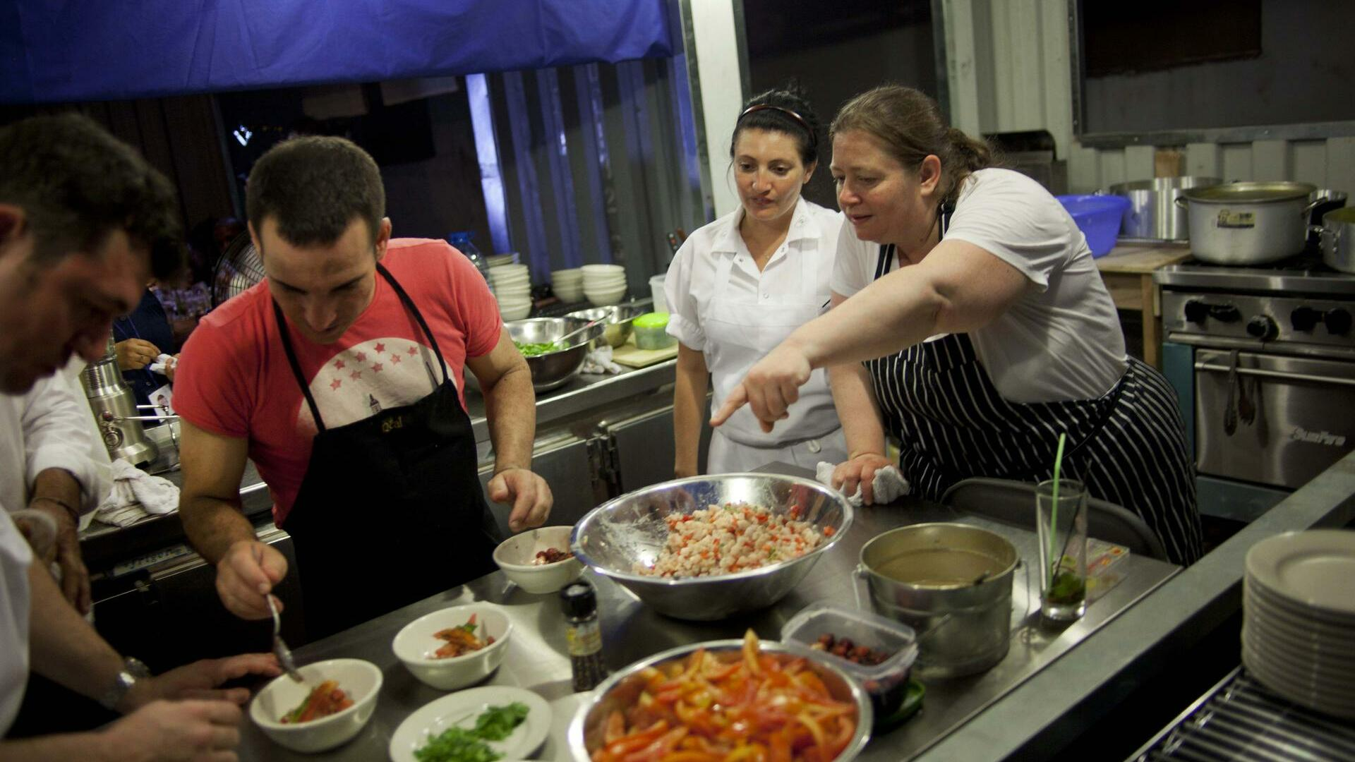 Cuban chef Hector Higuera, second left, and U.S, chef Sara Jenkins, right, pointing, team up, in Havana, Cuba, Quelle: dapd