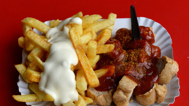 Currywurst Pommes Quelle: dpa