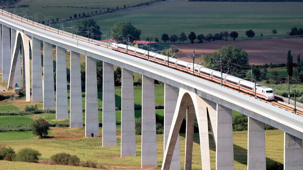 Ein ICE auf einer Brücke Quelle: Deutsche Bahn