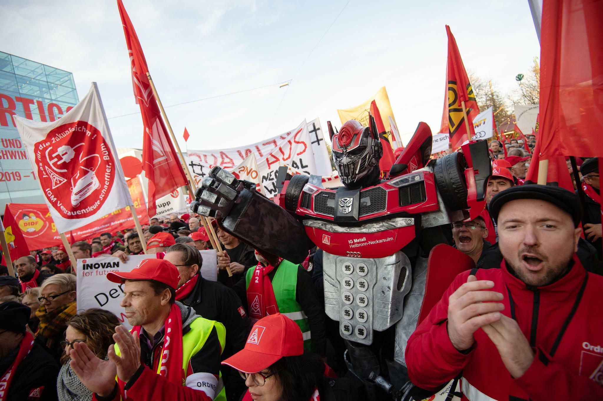 IG-Metall-Kundgebung: Tausende demonstrieren gegen Sparpläne der Autoindustrie