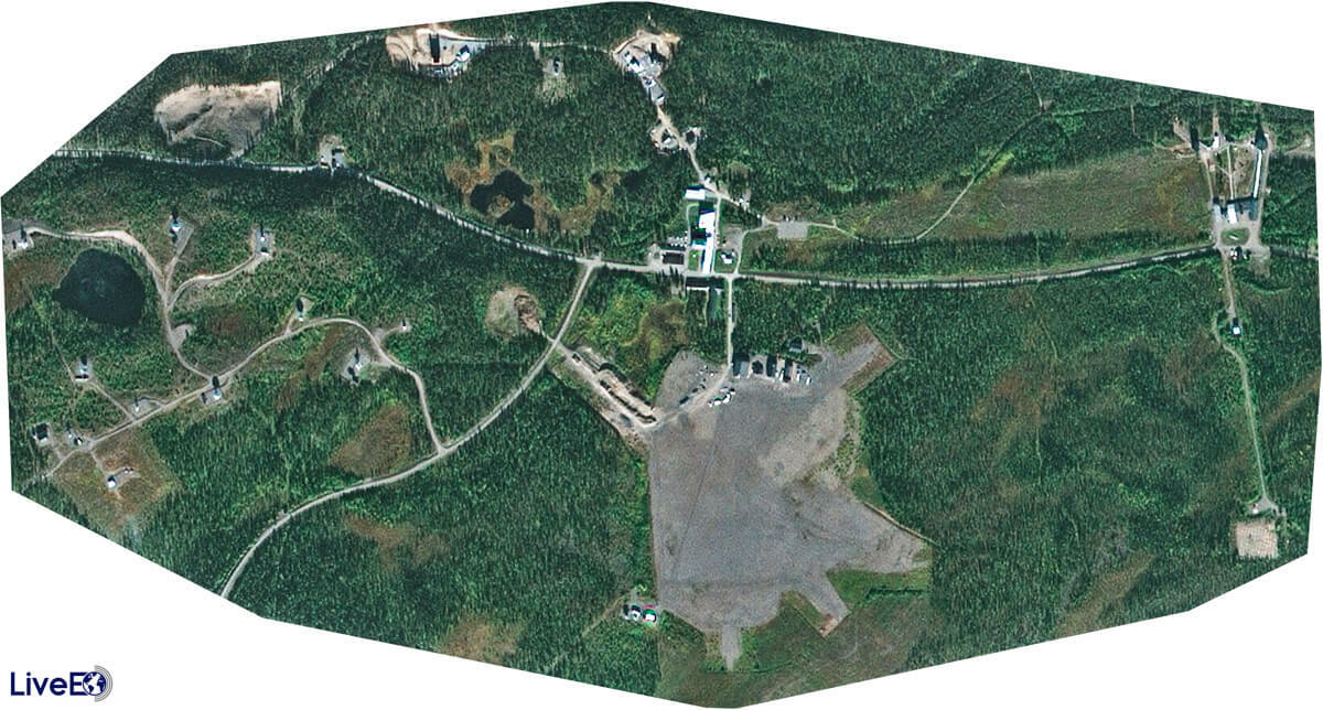 Unten im Bild ist der der 800 Meter lange Startplatz für Wetterballons zu erkennen. Weiter oben stehen die Hauptgebäude der Anlage, unten rechts das Radar Esrad, das die Luftströmungen in der Atmosphäre bis in 90 Kilometer Höhe erforscht.
