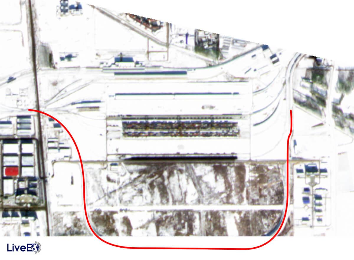 Das Umschlagsterminal im chinesischen Grenzort Khorgos ist erst zu einem geringen Teil erschlossen ist. Ein Gleiskörper (rote Linie) rahmt zwar den kompletten südlichen Bereich ein, die Fläche selbst ist aber noch unbebaut.