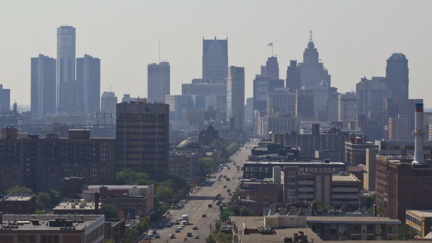 "huGO-BildID: 33119714 FILE - View over the Detroit skyline in Detroit, Michigan, USA, 19 July 2013. The city of Detroit, which has billions of US dollars in debt, filed for bankruptcy protection on 18 July 2013, the latest step in the death spiral of a American city that is the traditional home to the US auto industry. Detroit has a population of about 700,000, ranking it 18th-largest in the US. It was once the fourth-largest city in the US with a population of two million. (Zu dpa ""Washington greift insolventem Detroit unter die Arme"") EPA/RENA LAVERTY +++(c) dpa - Bildfunk+++ Quelle: dpa"