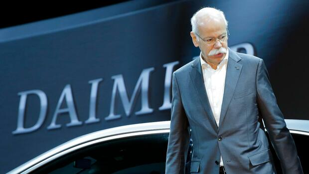 Dieter Zetsche, left, CEO of the Daimler AG, and Manfred Bischoff, right, Chairman of the supervisory board of the Daimler AG, pose for media prior to the shareholders meeting of the car maker in Berlin, Thursday, April 5, 2018. (AP Photo/Markus Schreiber) Quelle: AP